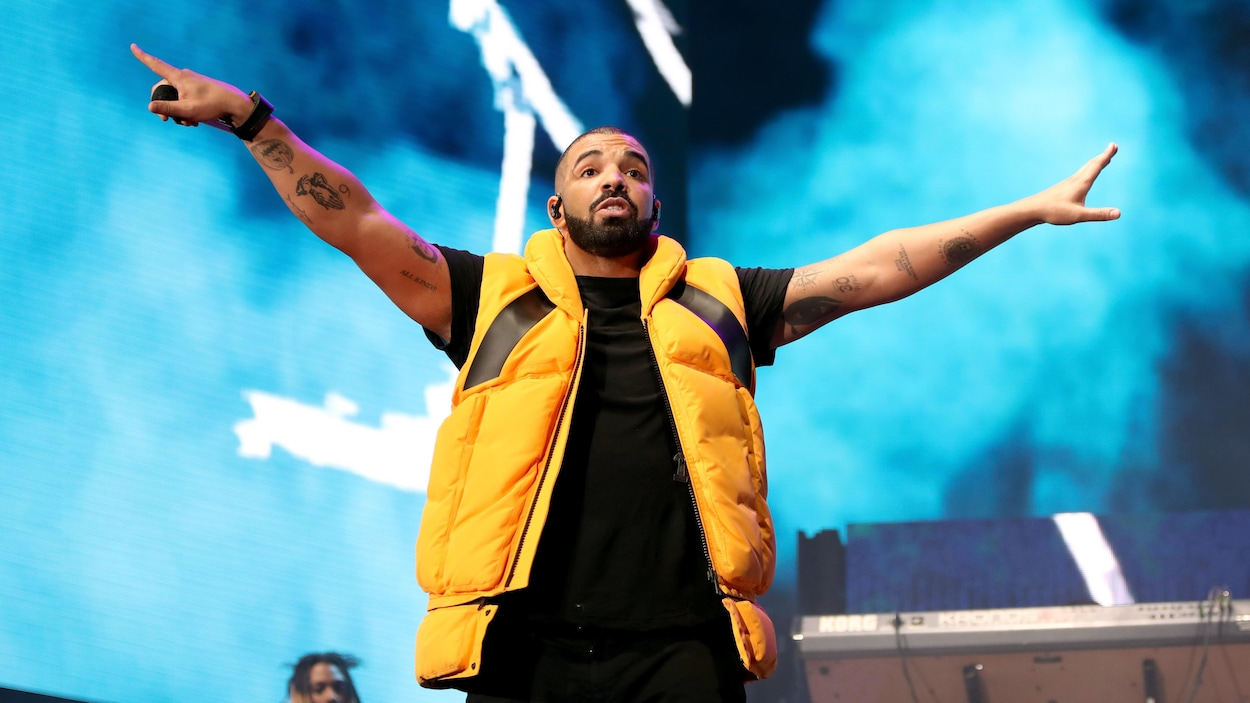 Le rappeur canadien Drake sur scène lors d'un spectacle.
