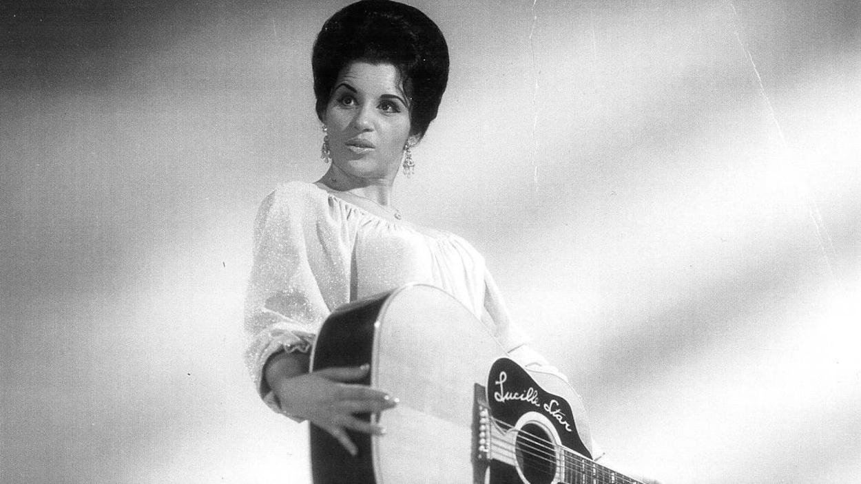 Lucille Starr qui tient une guitare