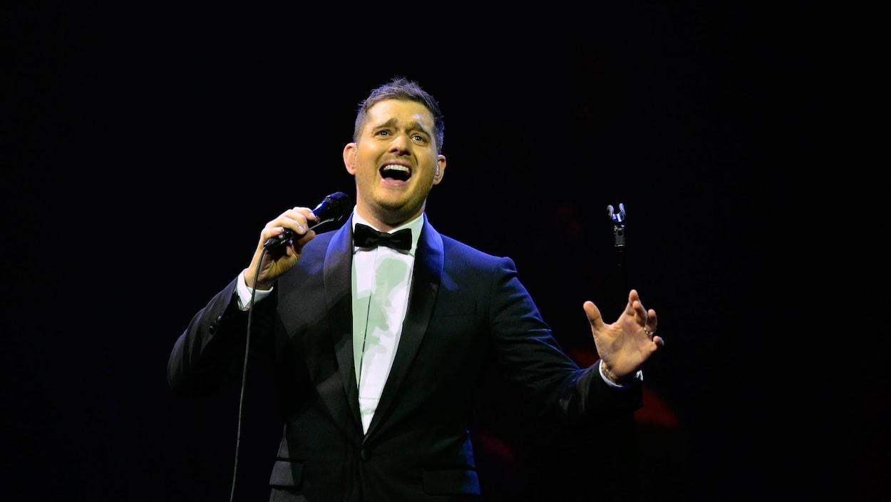 Michael Bublé chante sur scène.