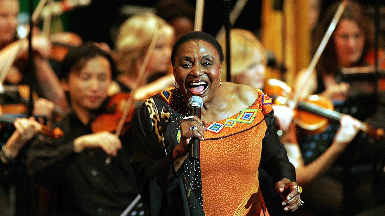 Miriam Makeba en spectacle.