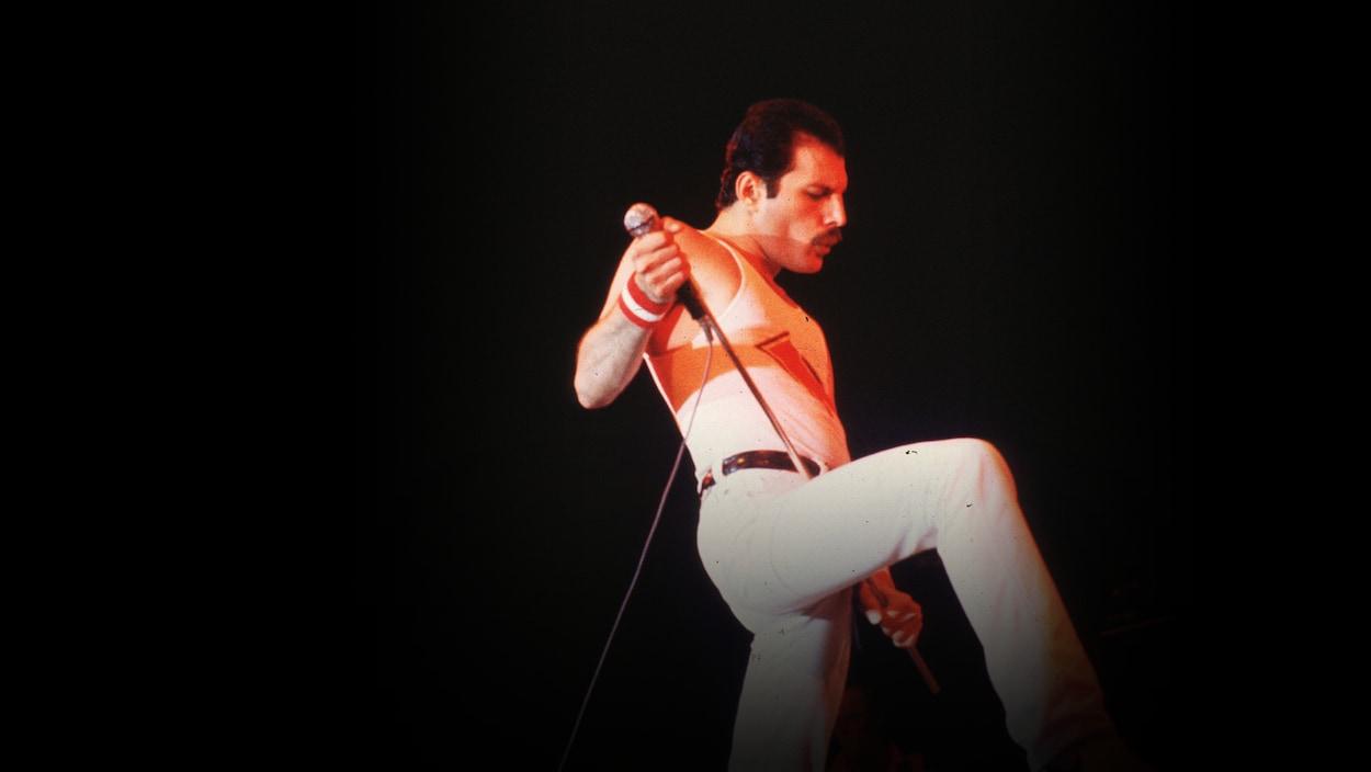 Freddie Mercury sur scène un micro à la main