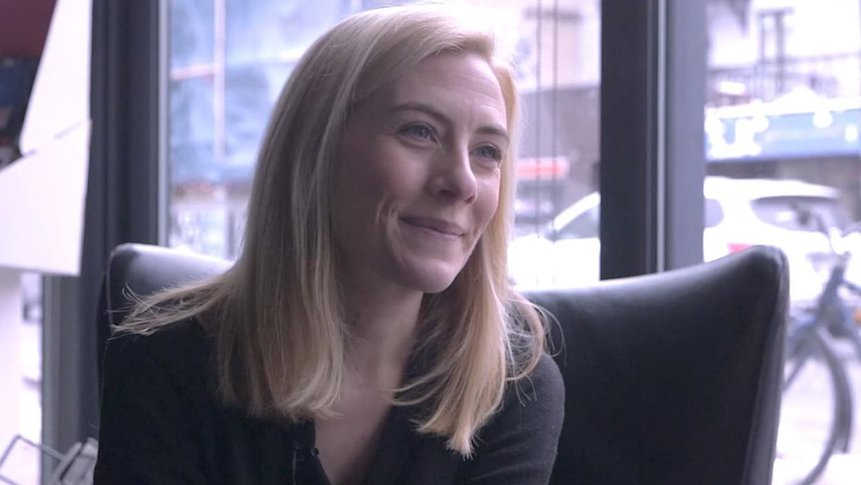 Elle accorde une entrevue pour le site web d'ICI ARTV au Théâtre la Licorne.