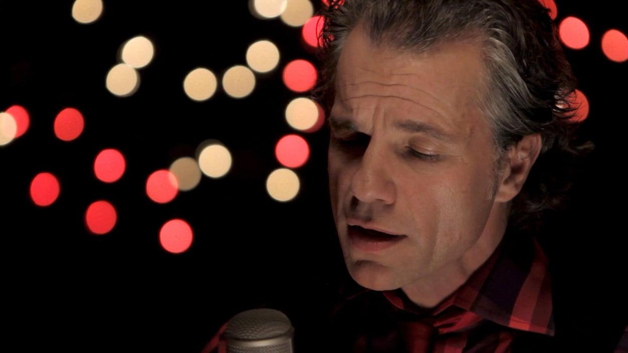 Bruno Pelletier chante.