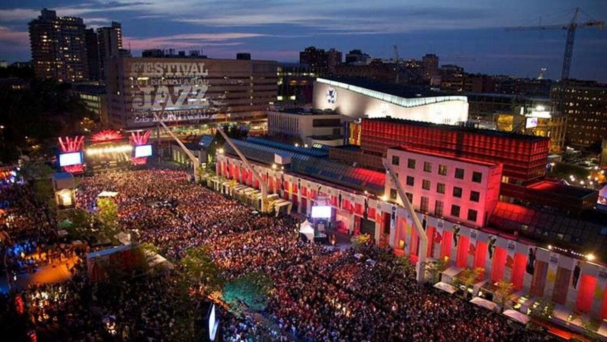 Des festivaliers et festivalières sur la place des Festivals.