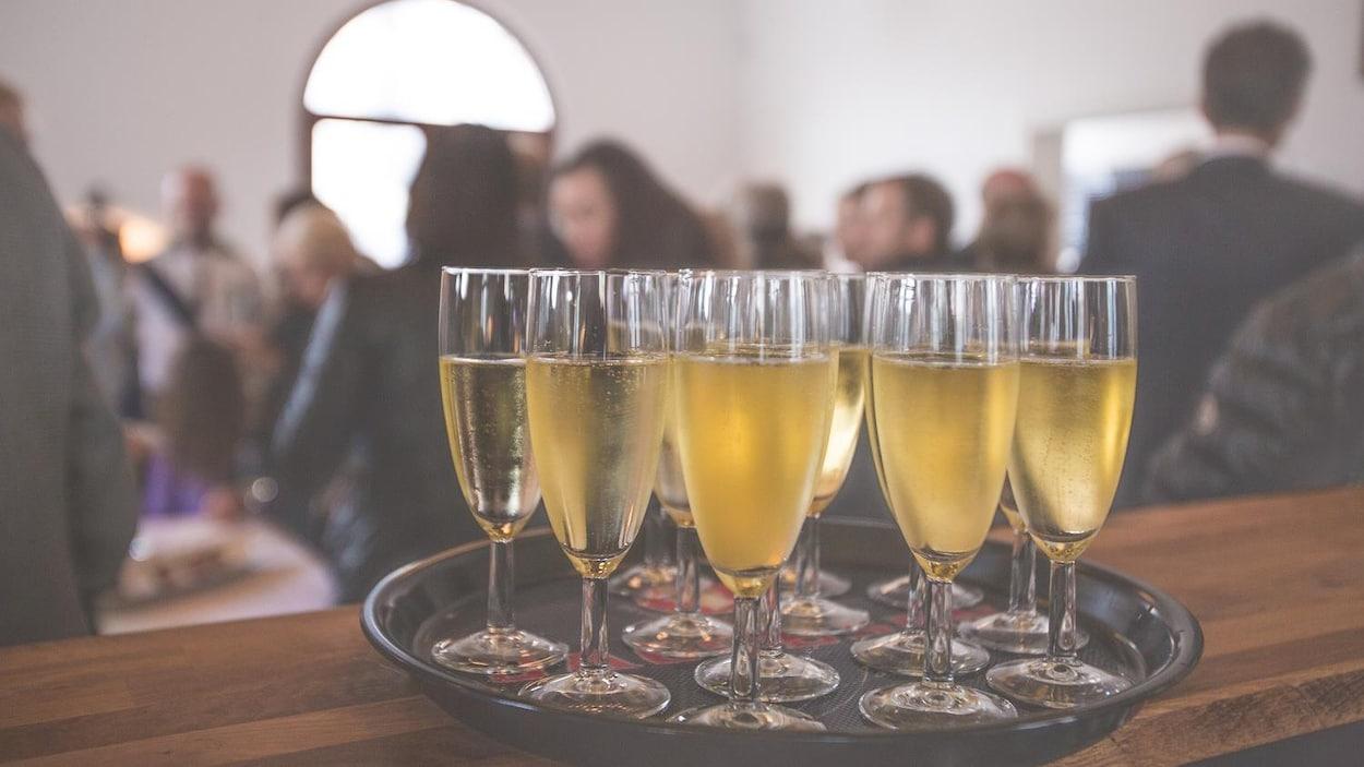 Des verres de champagne sur un plateau.