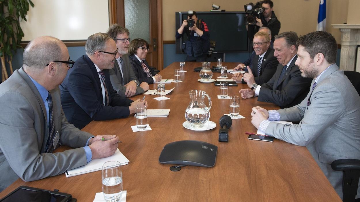 Le premier ministre François Legault avec de gauche à droite, Luc Vachon (CSD), Daniel Boyer (FTQ), Jacques Létourneau (CSN), Sonia Éthier (CSQ), le ministre du Travail, de l'Emploi et de la Solidarité sociale, Jean Boulet, et Benjamin Bélair, le premier conseiller du premier ministre.