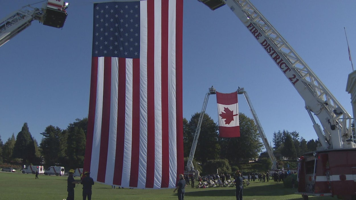 Les drapeaux canadiens et américains ont été érigés au poste frontalier Peace Arch lors d'une cérémonie commémorative du 11 septembre 2001.