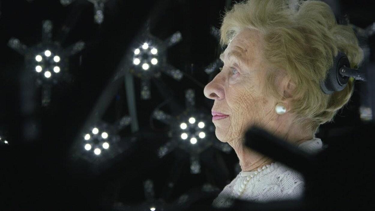 Une dame âgée se tient devant une centaine de caméra afin que son image soit reproduite en trois dimensions.