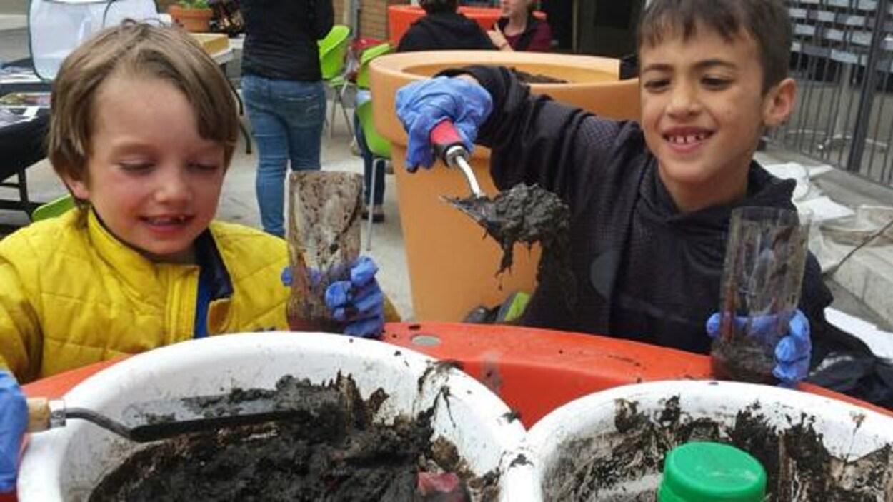 Des enfants participent aux 24 heures de science.