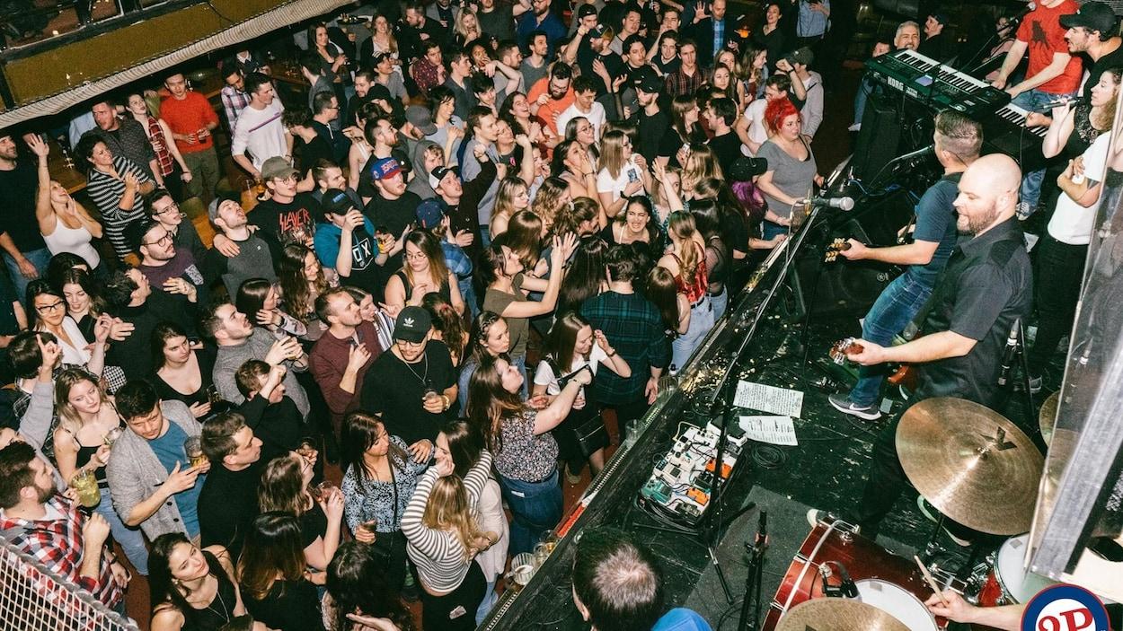 Une foule festive assiste à un concert
