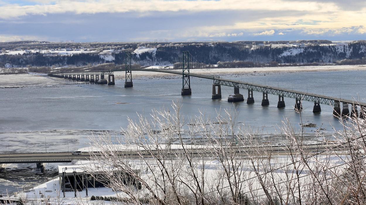 Le pont de l'île d'Orléans lors d'une belle journée d'hiver.