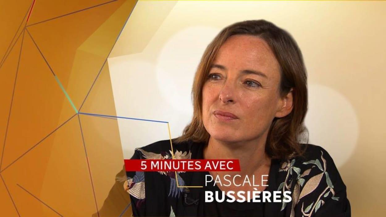 Une photo de la comédienne, le regard de biais, sur laquelle est écrit : 5 minutes avec Pascale Bussières