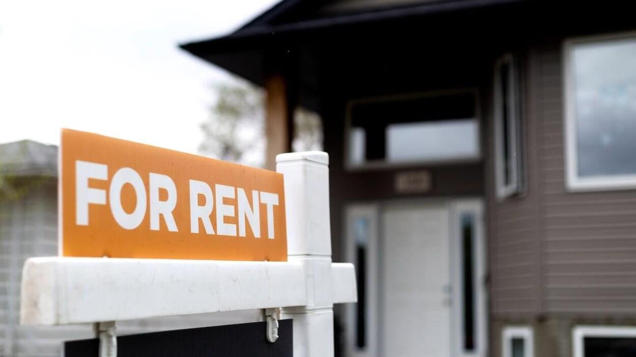 Une affiche indique en anglais qu'une propriété est à louer.