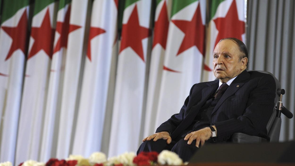 Le président algérien Abdelaziz Bouteflika est assis dans un fauteuil roulant après avoir prêté serment comme président, à Alger.