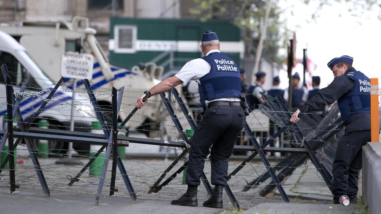 Des policiers placent des barricades devant le palais de juste de Bruxelles.