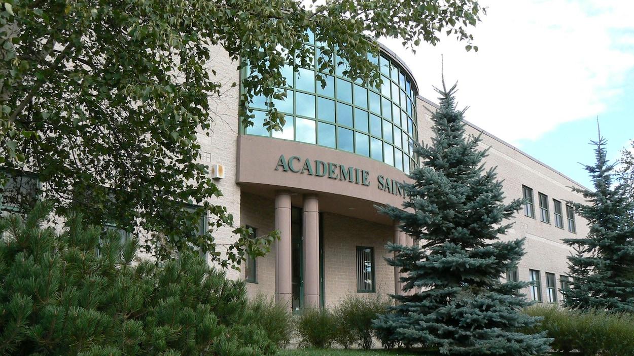 La façade de l'Académie Saint-Louis, photographiée en été.