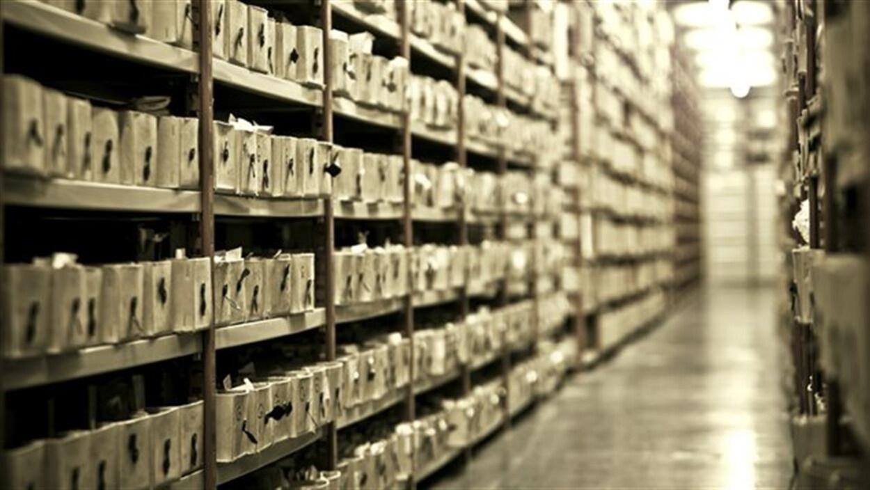 Des étagères remplies de caisses de documents dans un centre d'archives