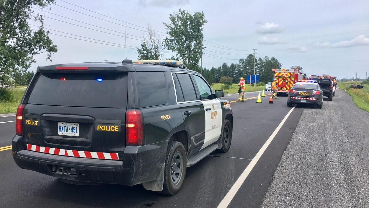Des voitures de la Police provinciale de l'Ontario et un camion de pompiers sur les lieux d'un accident.
