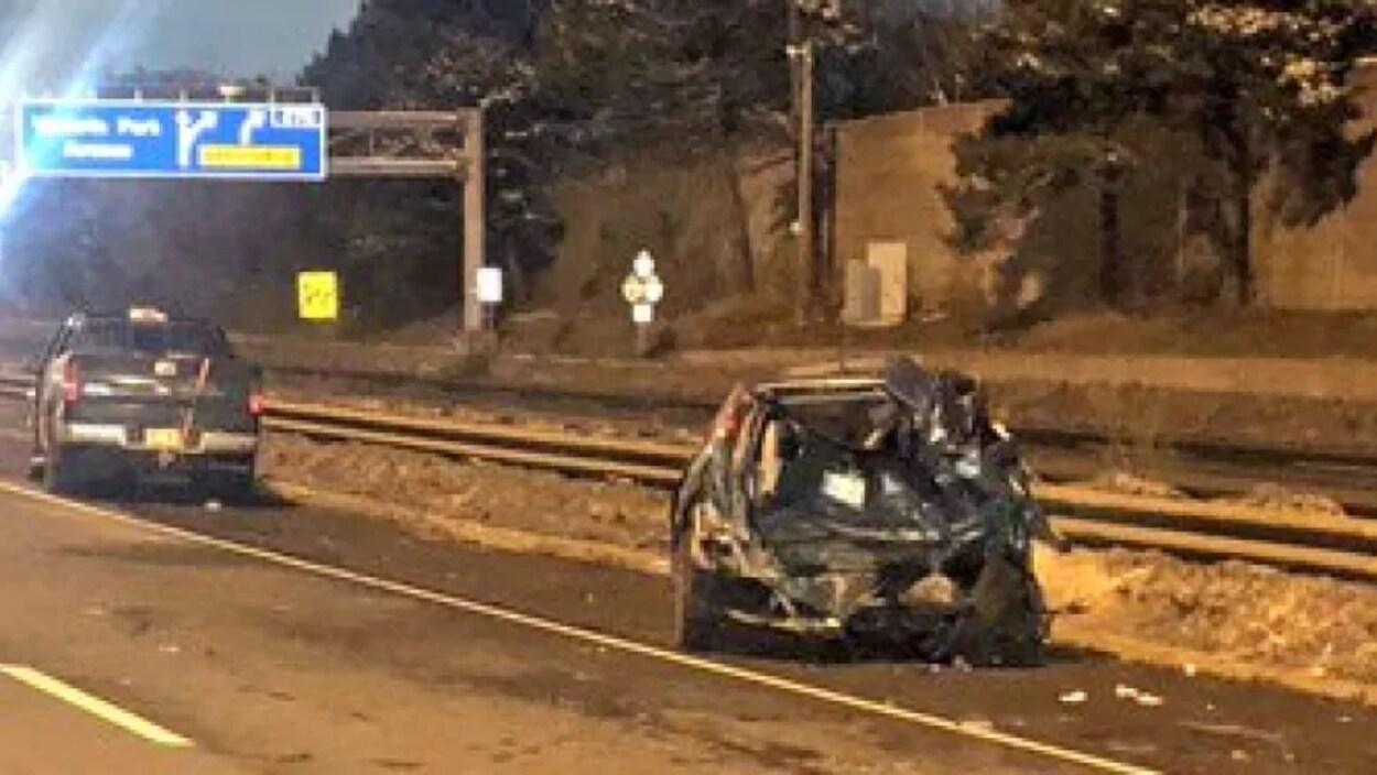 Une voiture accidentée sur le bord de l'autoroute