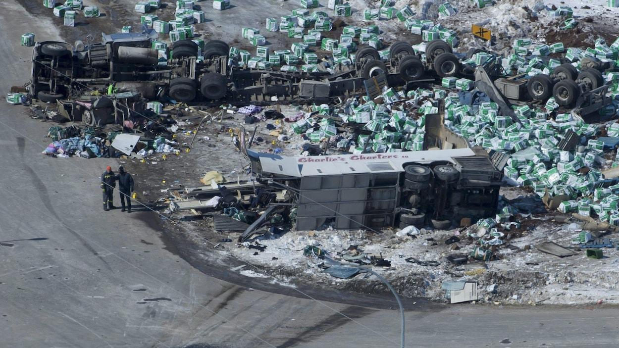 Vue aérienne de la scène de l'accident, montrant les carcasses des véhicules.