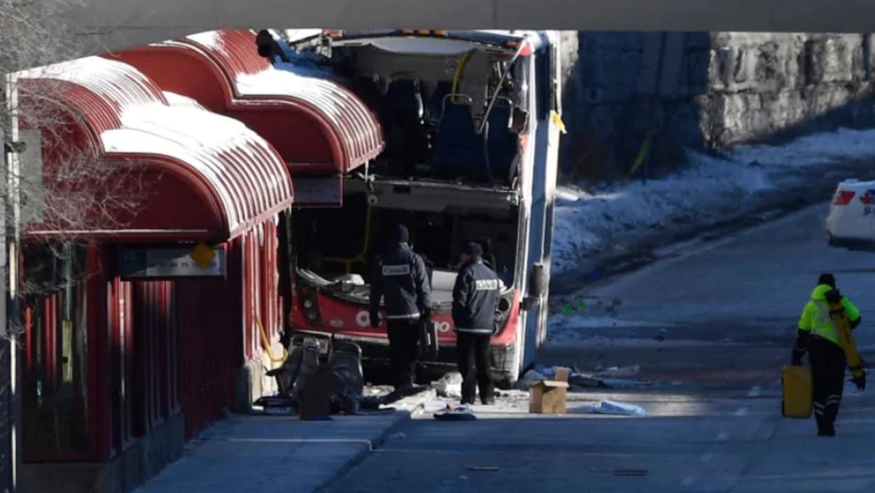 Les enquêteurs devant l'autobus accidenté.