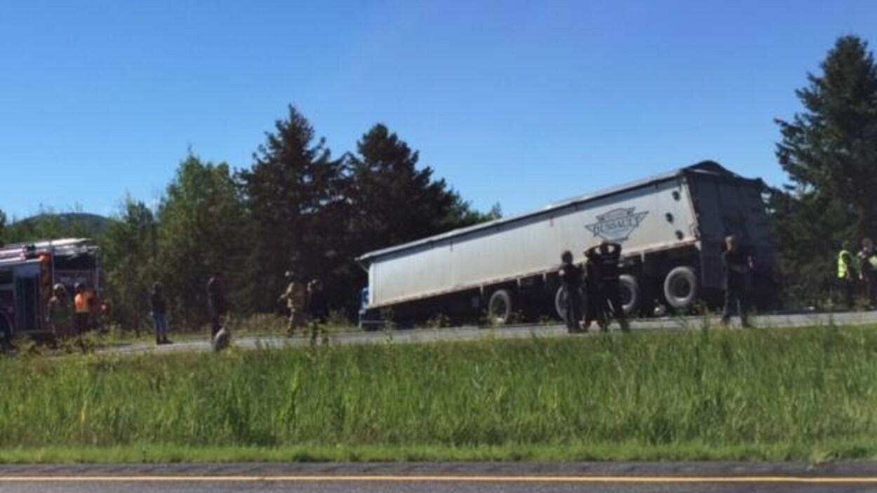 Un véhicule lourd qui a effectué une sortie de route sur l'autoroute 10.