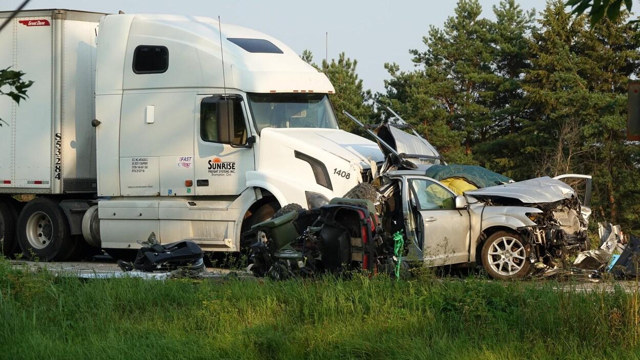 Une voiture très endommagée à la suite d'une collision