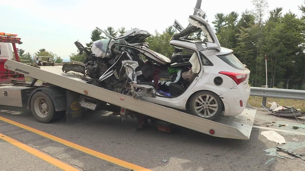 Une carcasse de voiture sur l'autoroute 50