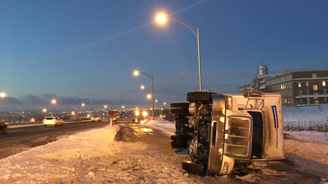 Le poids lourd s'est renversé sur l'autoroute Félix-Leclerc, à Beauport, tôt mercredi matin.