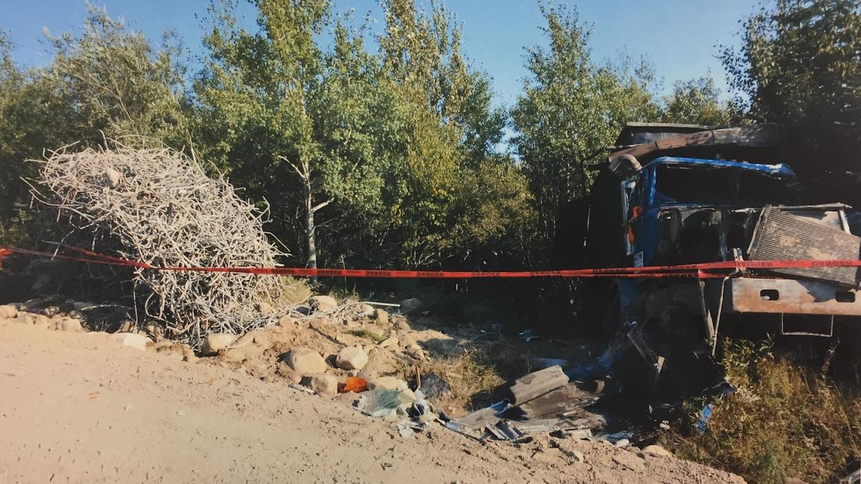 Le camion accidenté sur le site du chantier.