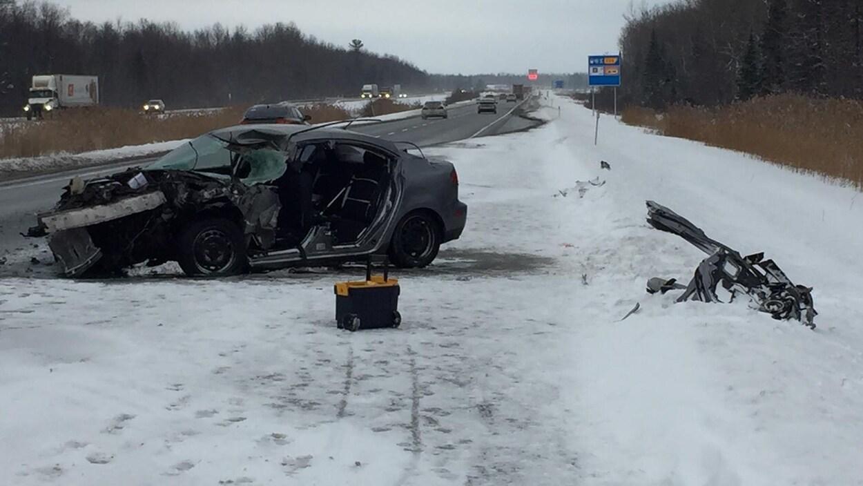 La voiture accidentée sur l'autoroute 20