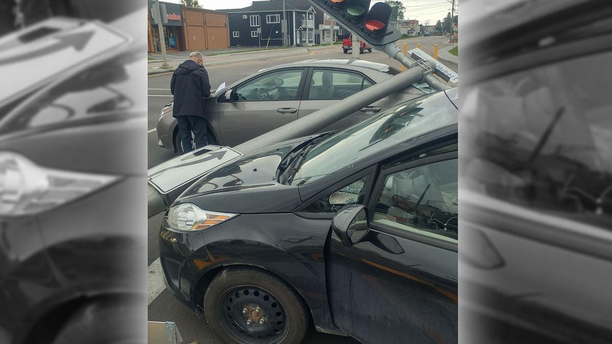 Deux automobiles ont eu des dommages lorsque le feu de circulation est tombée sur les véhicules à l'angle de la rue St-Hubert et du boulevard Harvey, à Jonquière.