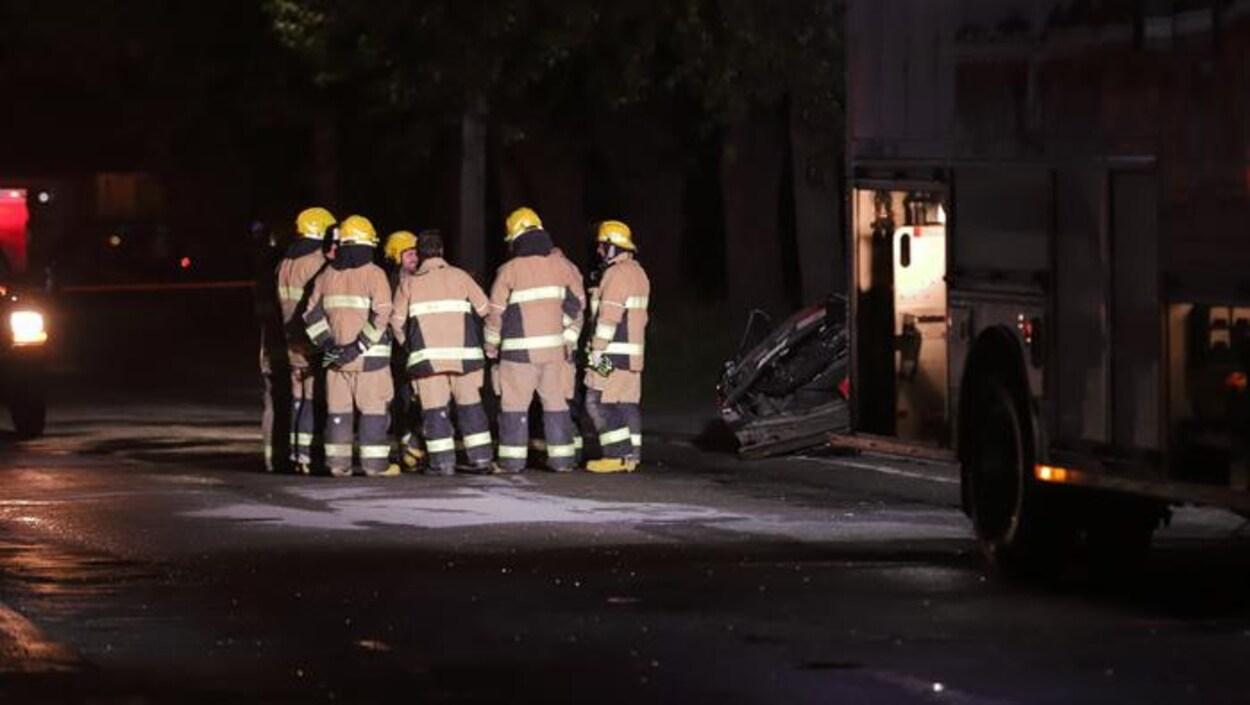 Des pompiers sur les lieux d'un accident mortel en Beauce