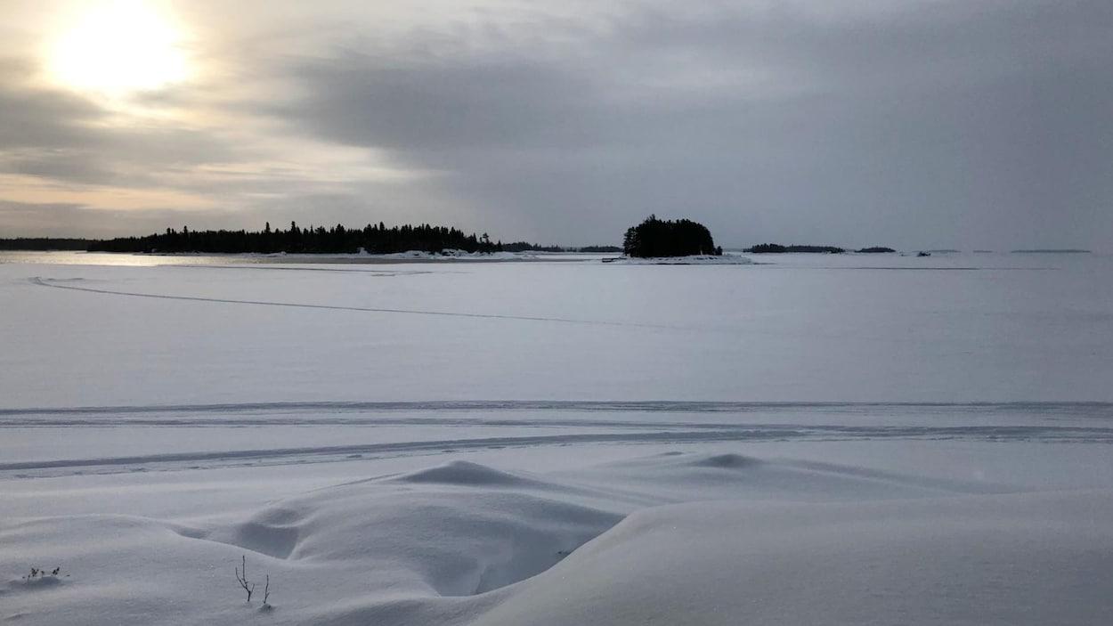Un lac glacé et recouvert de neige.