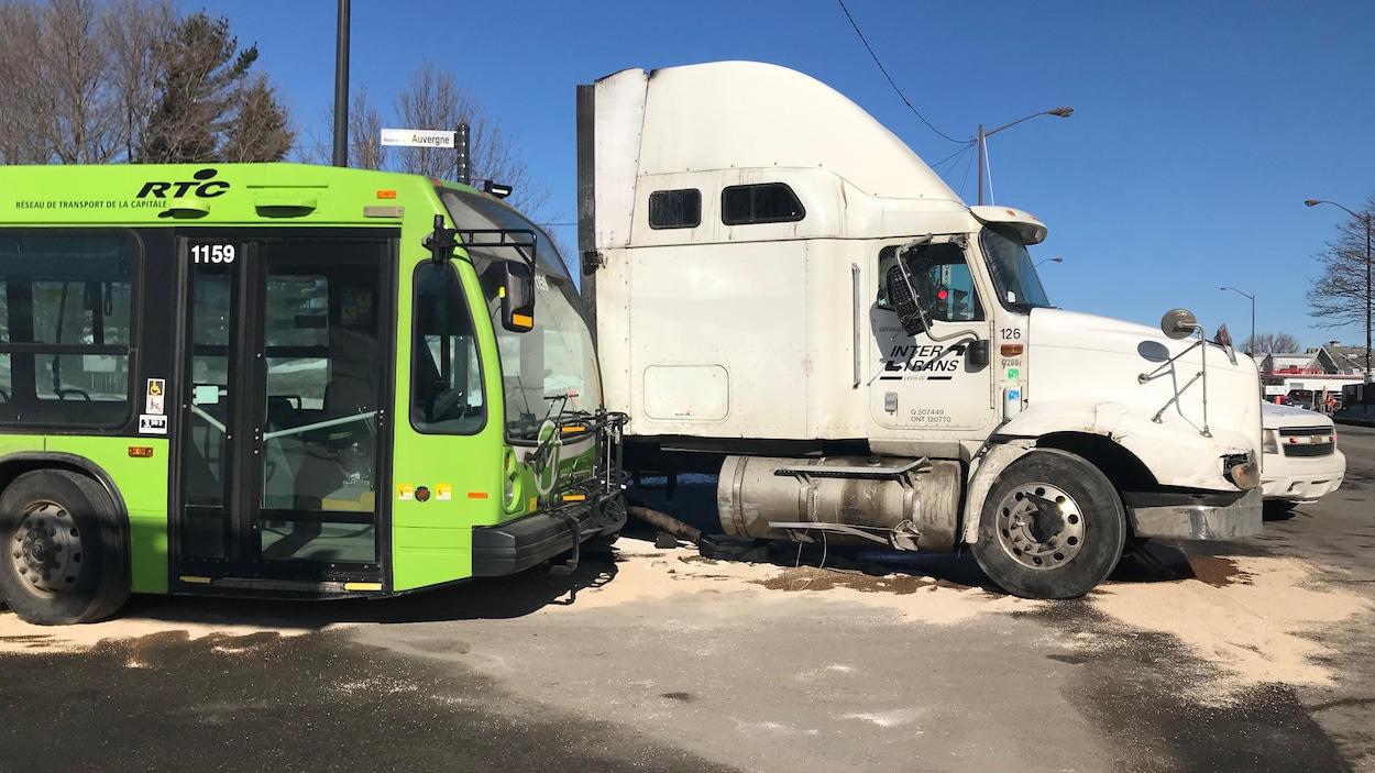 Le chauffeur du camion a été arrêté pour conduite avec les facultés affaiblies par la drogue.