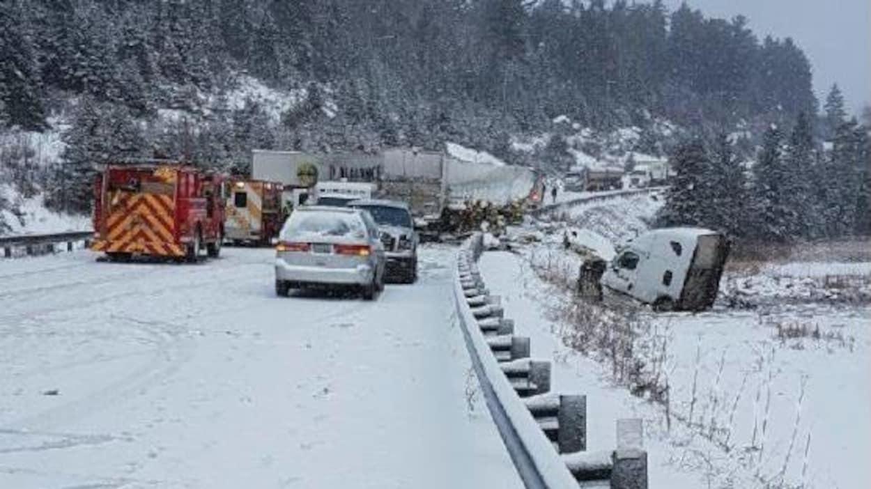 Un accident sur la route 11 près de Temagami en Ontario.
