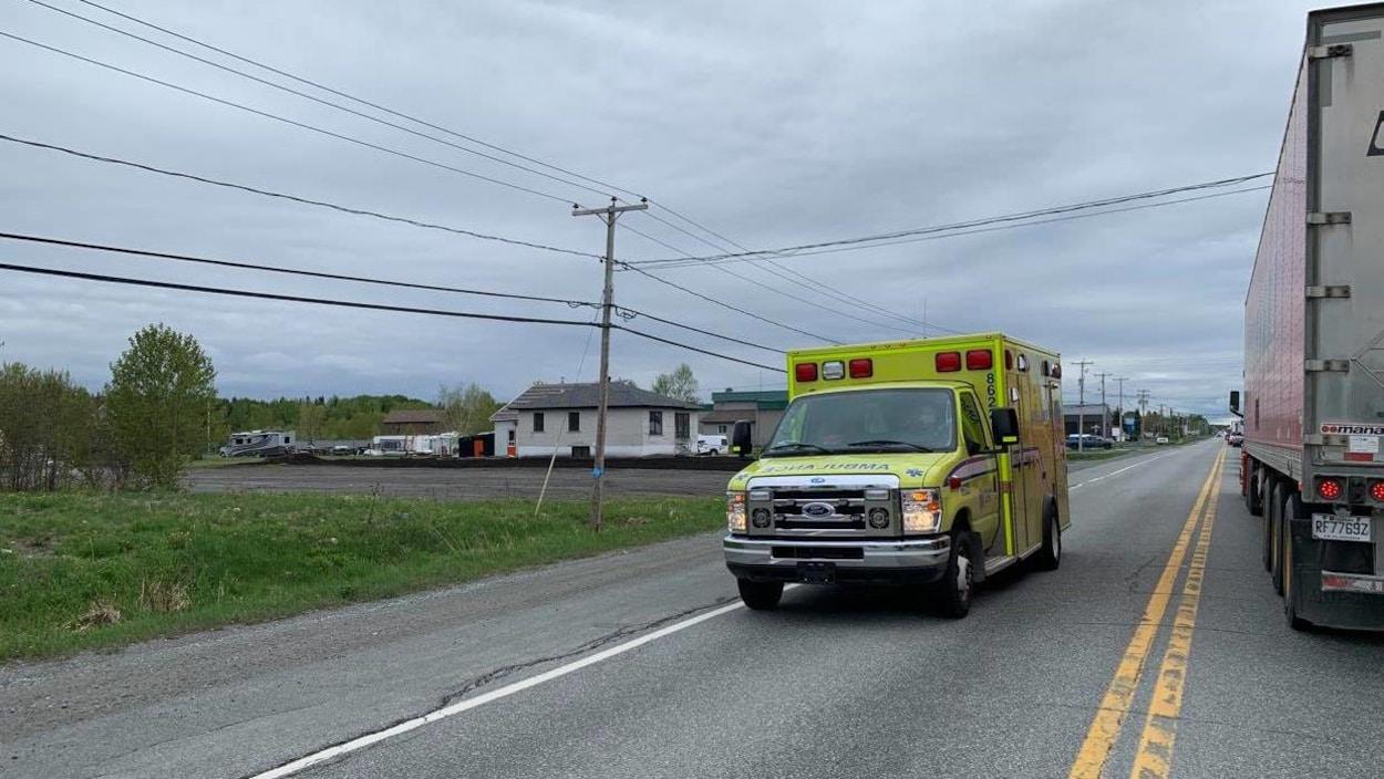 Une ambulance circule sur la route 117.