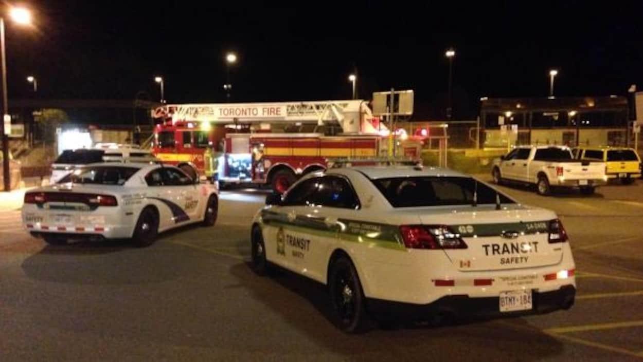 La police de Toronto, les pompiers et une voiture du service GO sur les lieux de l'accident où un homme de 23 ans est mort après avoir été frappé par un train de VIA Rail.
