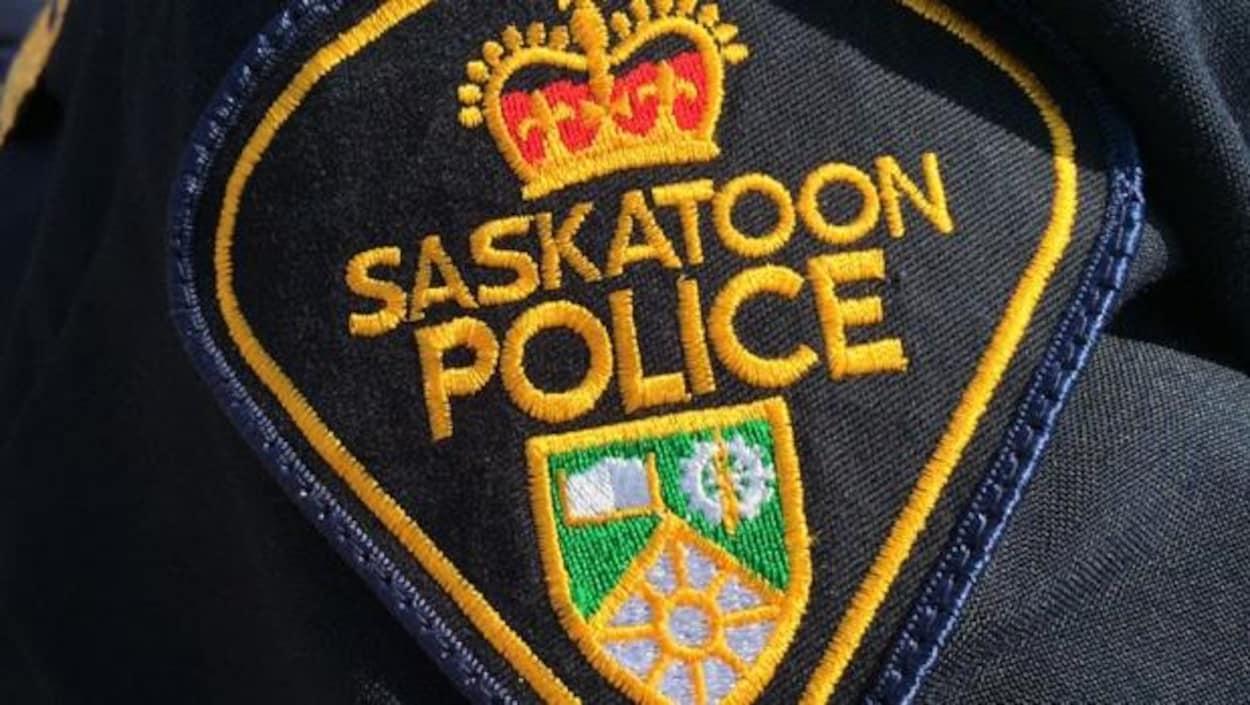 Plan serré d'un écusson du Service de police de Saskatoon sur l'épaule d'un uniforme.