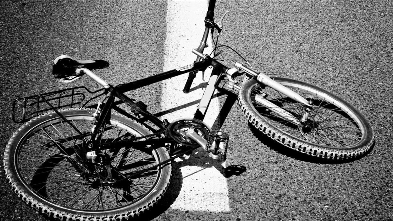 Un vélo repose sur le sol.
