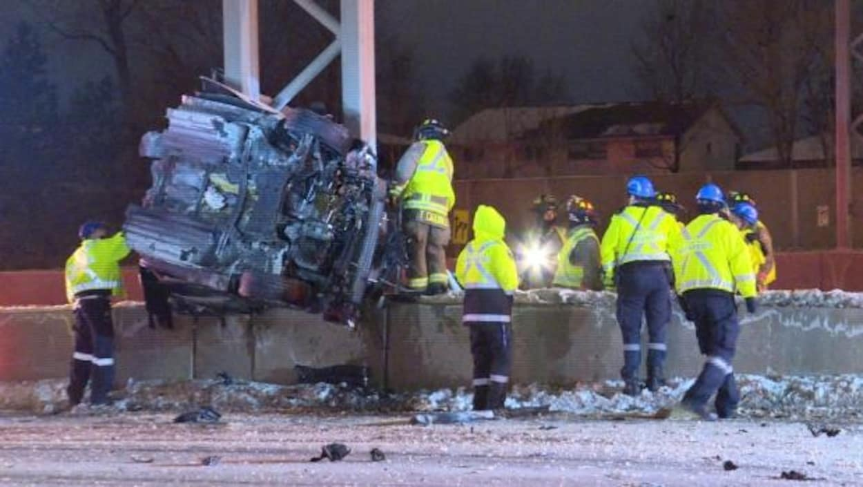 Le véhicule s'est enroulé autour d'un poteau métallique supportant un panneau de signalisation aérien.