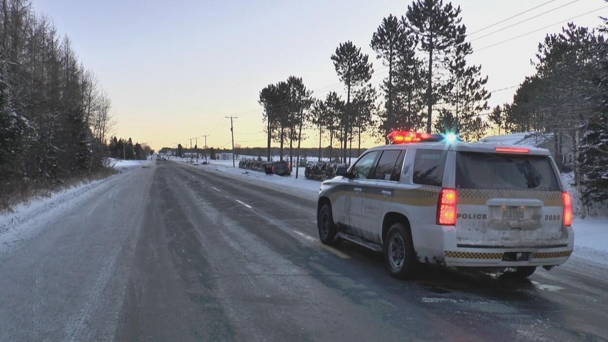 Véhicule de la SQ sur une route en hiver