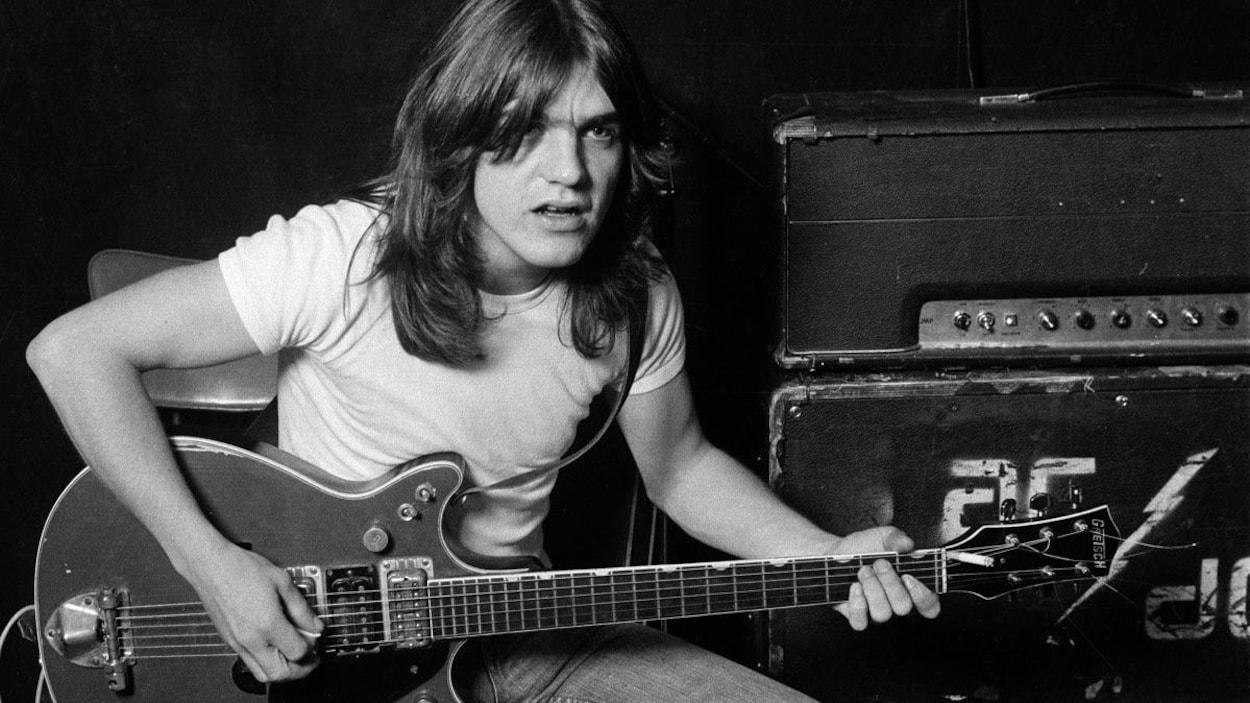Le guitariste Malcolm Young avec son instrument, il y a plusieurs années.