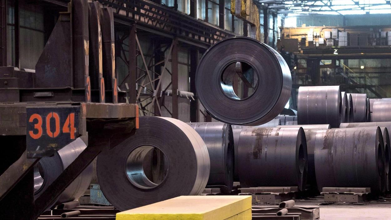 Des rouleaux d'acier dans une usine