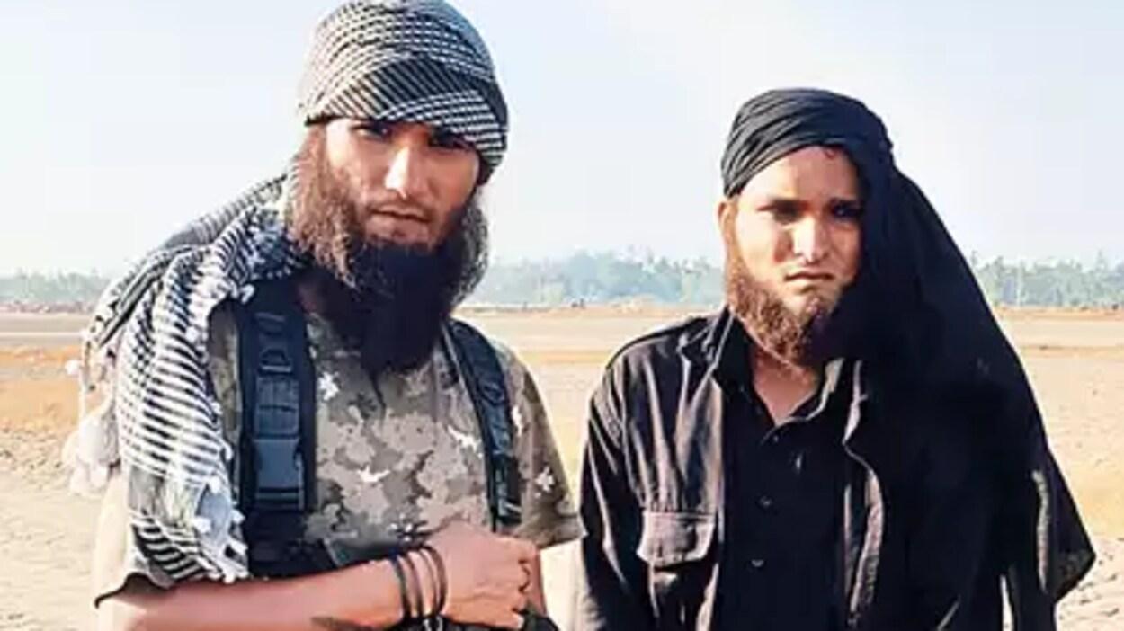 Deux hommes costumés en jihadistes.