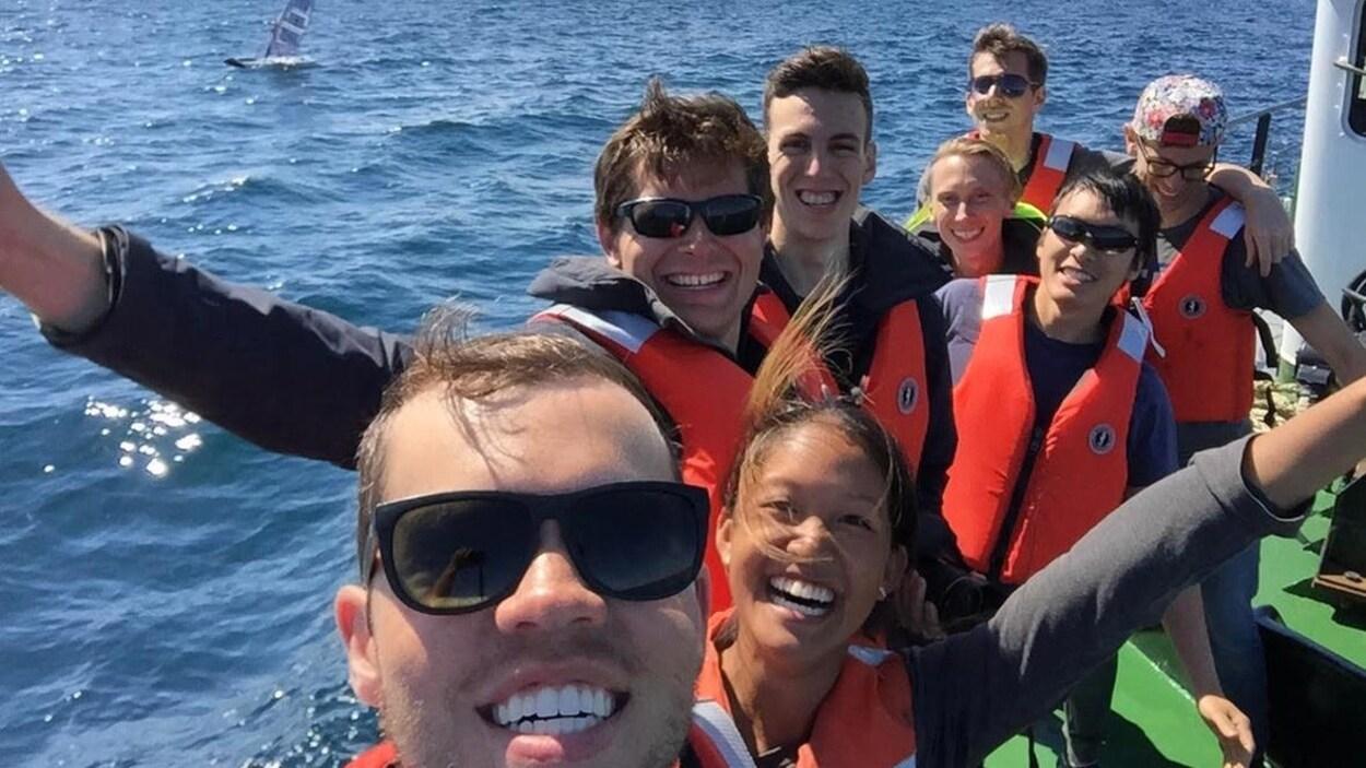 Huit étudiants en égo-portrait devant l'océan Atlantique