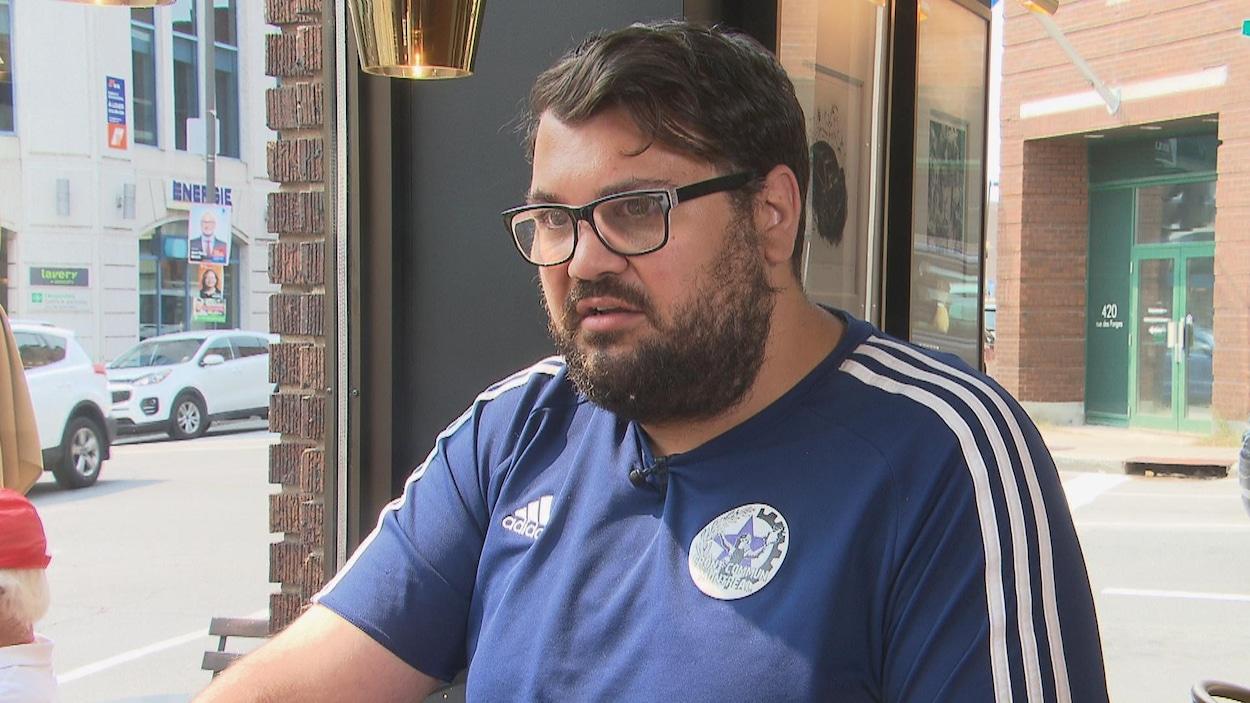 Adis Simidzija dans un café de Trois-Rivières.