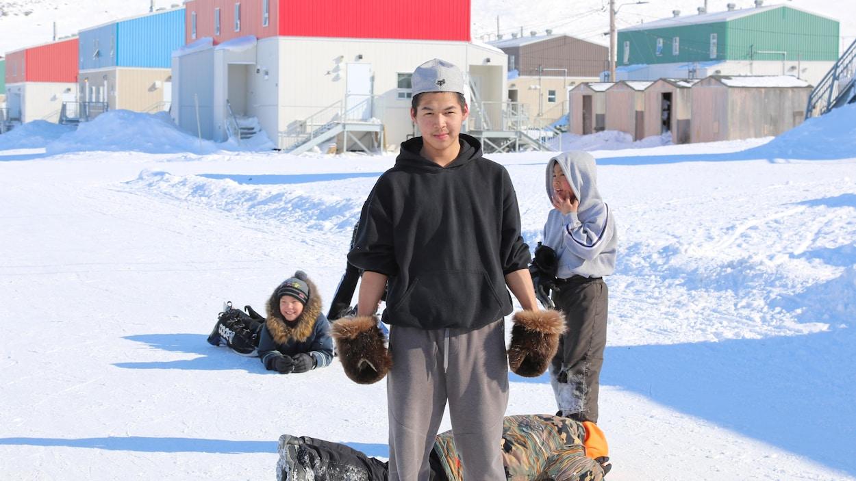 Des jeunes jouant dans la rue enneigée à Salluit, au Nunavik.