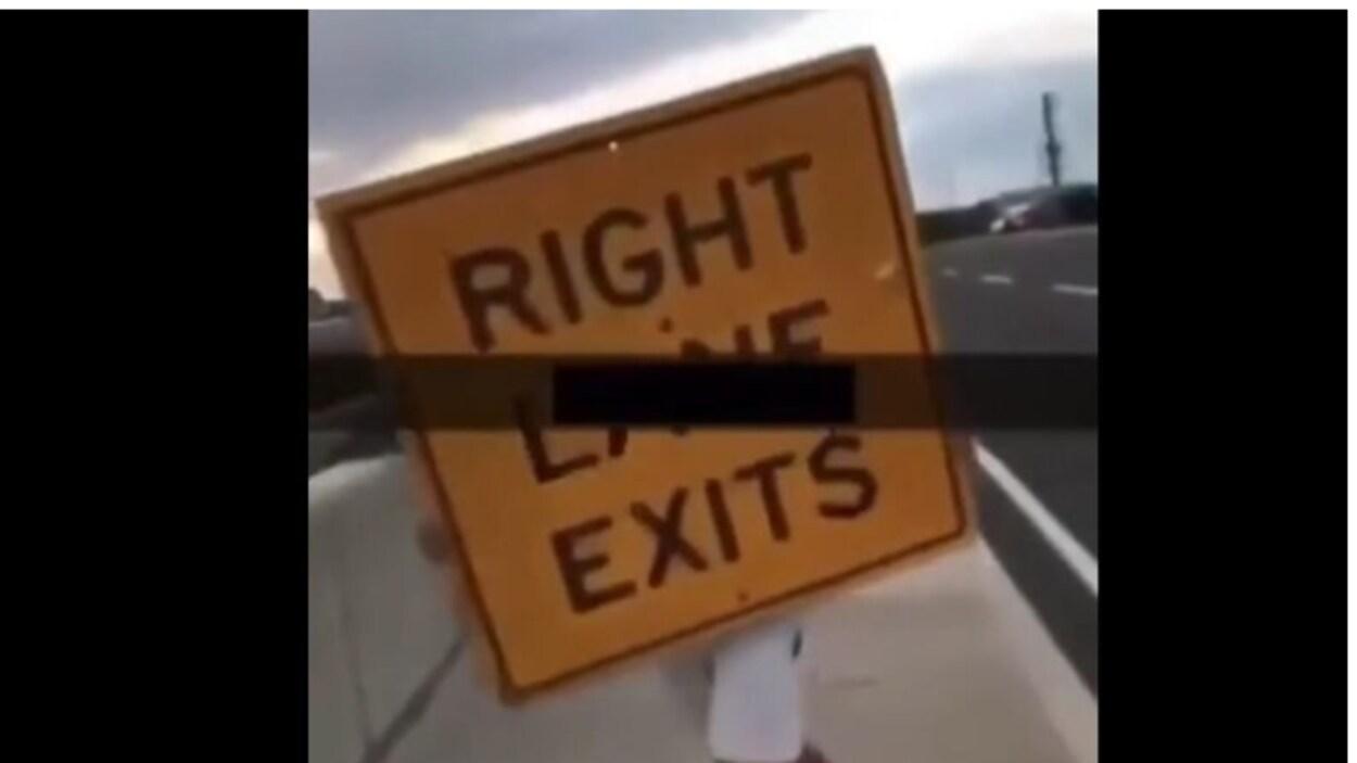 """On voit la photo d'un panneau routier """"sortie à droite""""."""