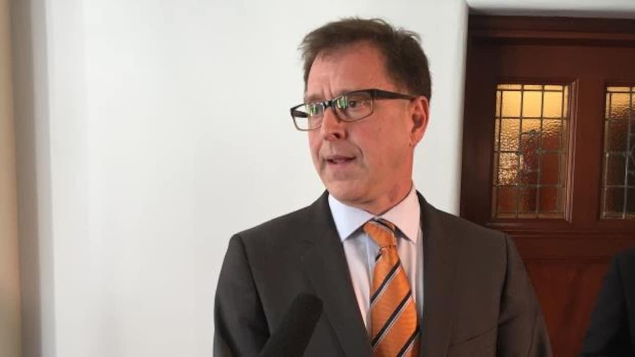 Le ministre responsable du programme des affaires francophones Adrian Dix, en entrevue à l'assemblée législative.